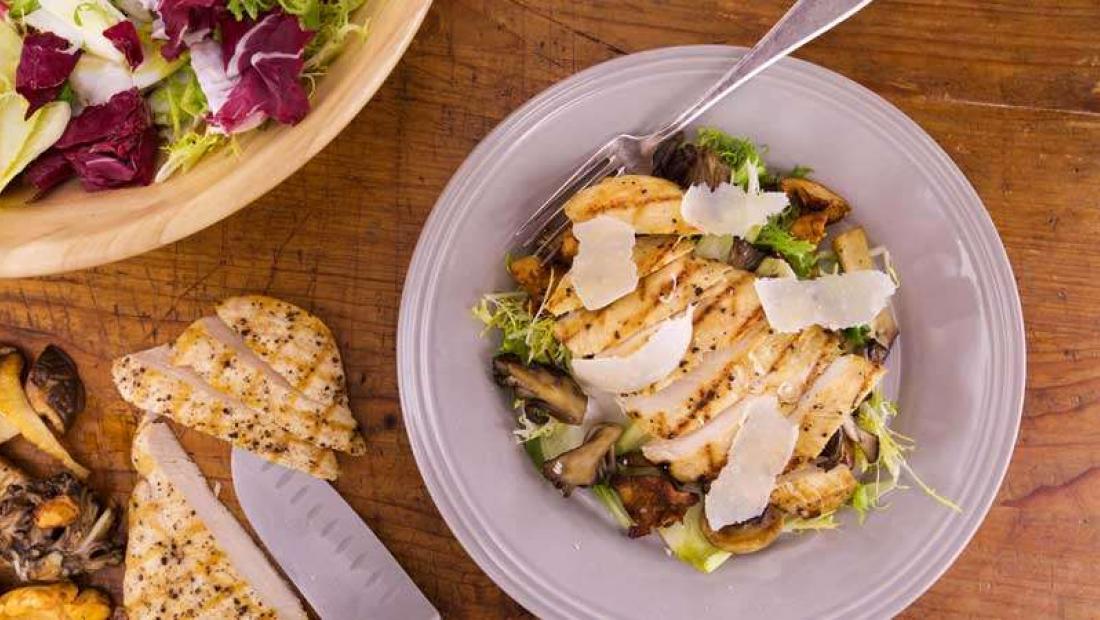 Skinny Chicken Paillard Salad With Red Wine Vinaigrette Rachael Ray Show