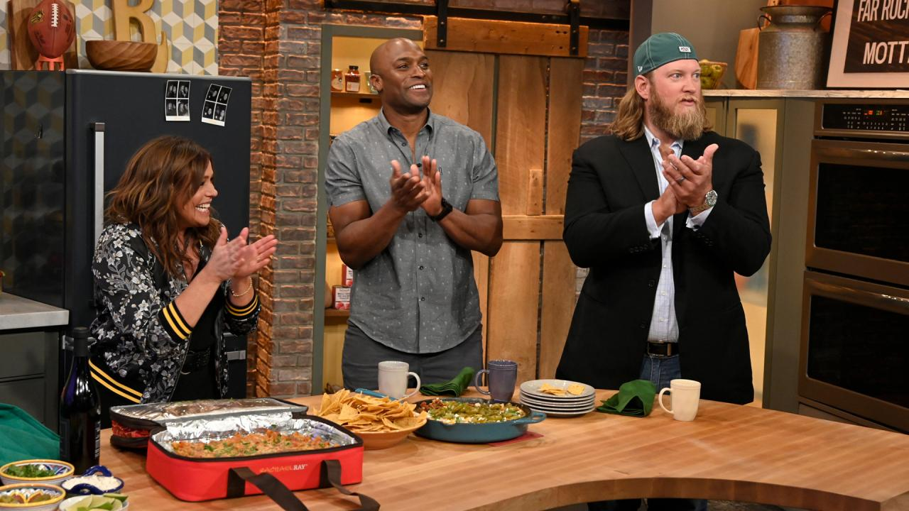 Rachael Surprises Studio Audience With a Lasagna Lugger For Everyone!