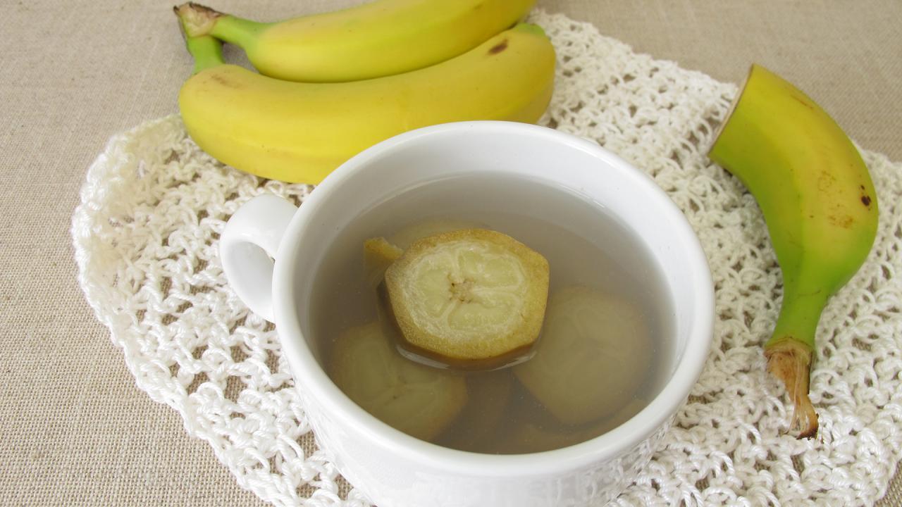 "The Best Bedtime Tea For Better Sleep Is Banana Tea, According To The ""Sleep Doctor"""