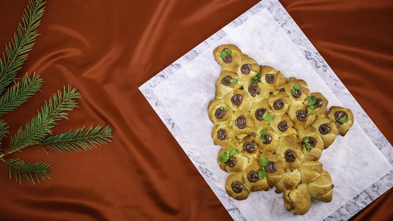Blackberry Cream Cheese-Stuffed Christmas Tree With Nutella