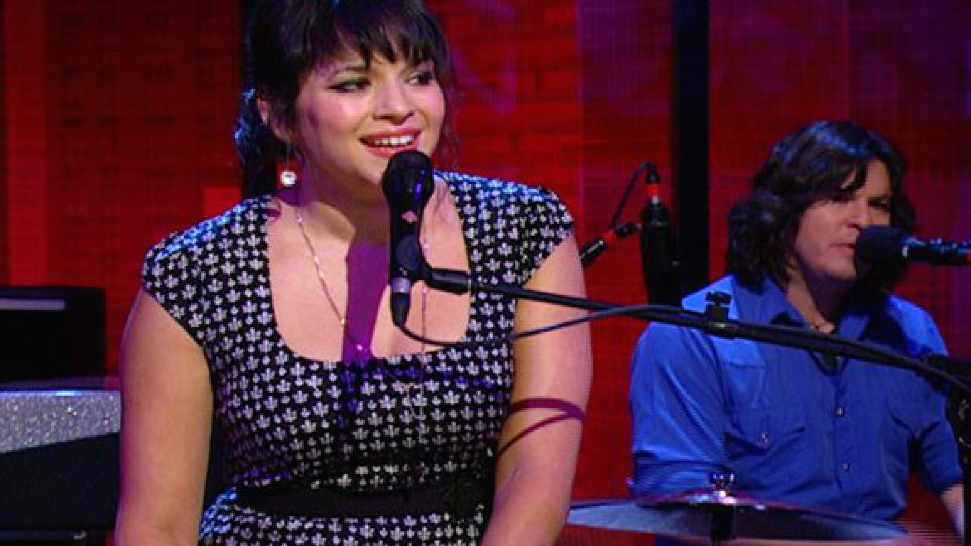 Norah Jones Performs | Rachael Ray Show
